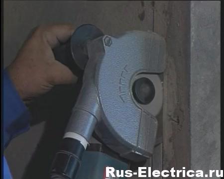 Штроборез с подключенным пылесосом